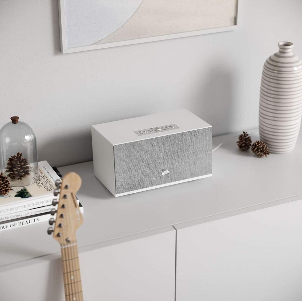wireless-multiroom-speaker-C10MkII-white-lifestyle01-airplay2-google-cast-chromecast-AudioPro_HFN